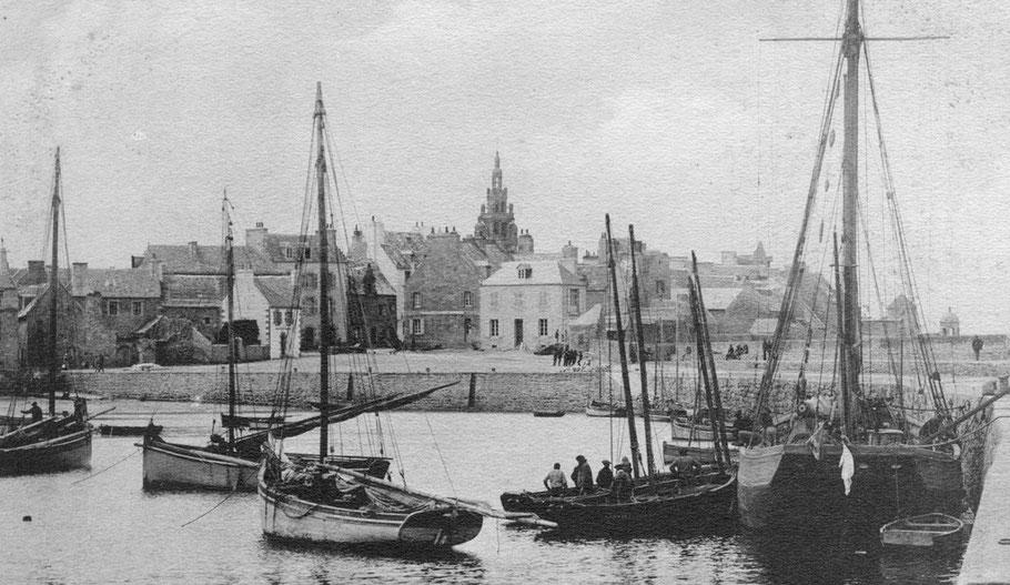 Les sloups de Roscoff, un caboteur, et  deux canots sudistes