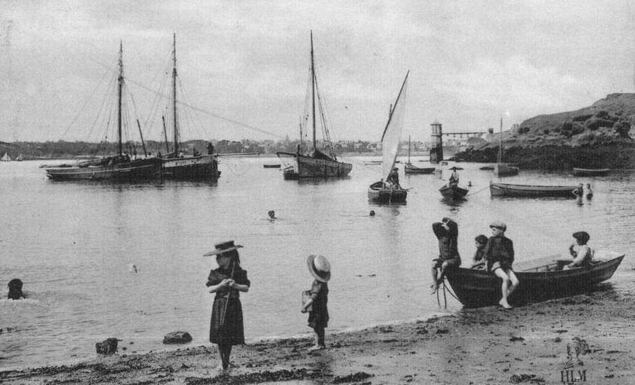 Les enfants jouent dans la grève, trois sloups attendent la basse mer