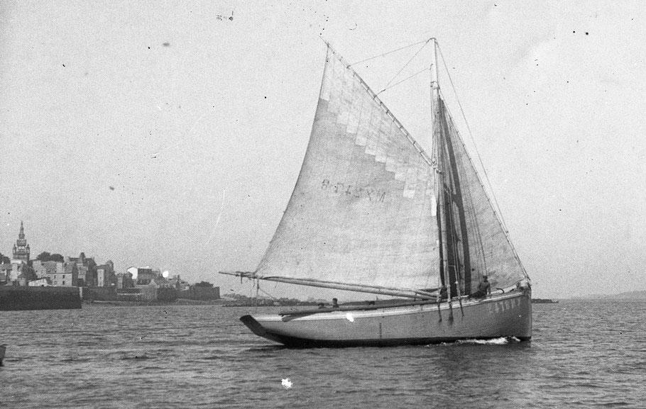 L'Ariel II Mx 2478 à Esprit le Mat sortant de Roscoff  naviguant sous grand-voile à deux ris et trinquette son long bout dehors est rangé sur la lisse tribord (Coll perso)