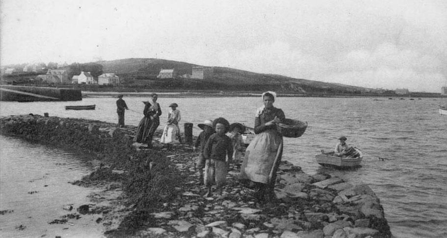 La jetée courbe du même ensemble portuaire à Pempoul , aujourd'hui  à l'état de vestiges. Les cales étaient des lieux de vie et de lien social ou se rencontraient les hommes de mer et ceux de la terre , les femmes , les enfants