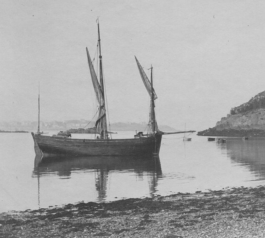 Bisquine de cabotage vers 1890  dans l'anse du four à chaux à St Servan, seul la grand voile peut être surmontée d'un hunier, l'Alma Maria devait être semblable