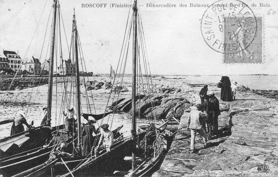 La cale de pleine mer du port du Vil, le dernier bateau s'amarre à couple de ceux arrivés auparavant, pour débarquer il faut passer d'un bateau creux à l'autre ce qui n'est pas simple en particulier pour les femmes avec leur grande robe noire