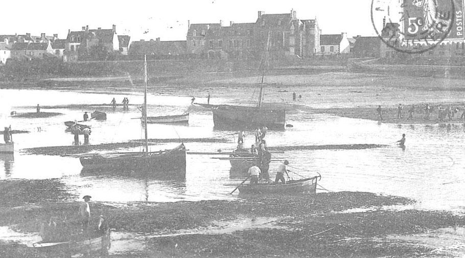 Arrivée des dromes dans le port de Roscoff, des canots les accompagnent