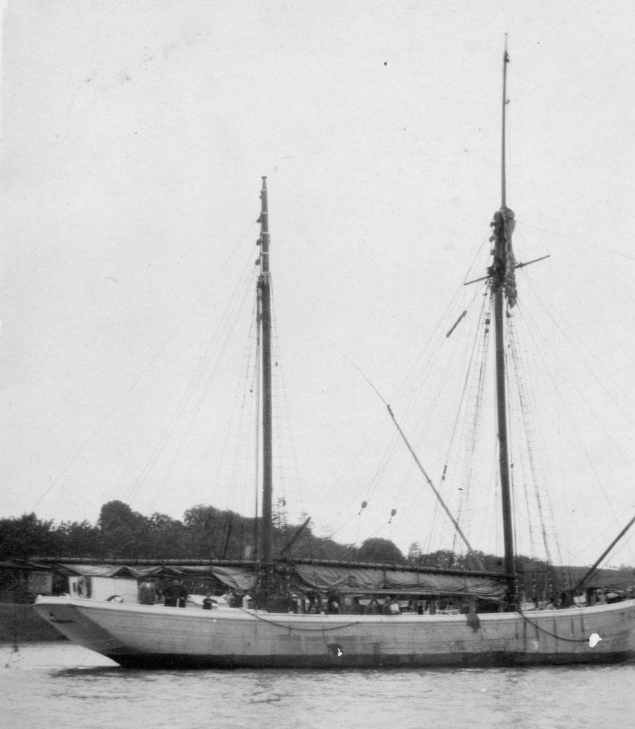 « Arrivée à Tréguier du dundée Idéal, sa campagne de pêche terminée, le 27 septembre 1927 »