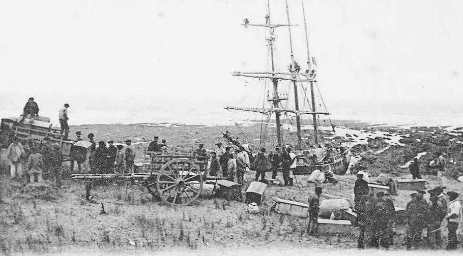 L'équipage débarque leurs coffre, des matelots commencent à dégréer les voile, ils ont certainement essayer de sauver le maximum de matériel du bord