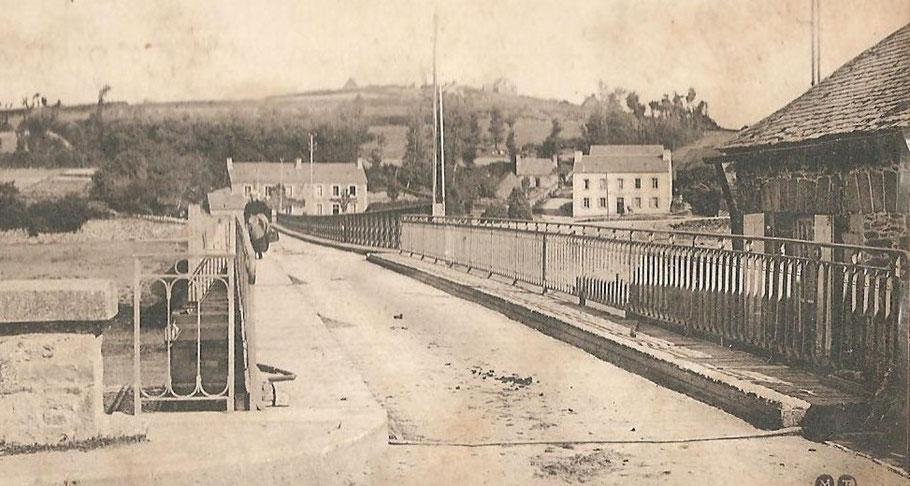 Entrée coté Tréguier du pont canada avec sa travée tournante sur la droite la maison du gardien du pont