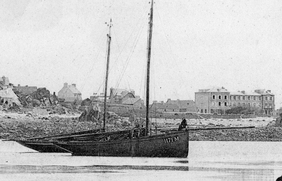 Avant la guerre de 14, le port de Primel armait à la pêche aux cordes d'élégants sloups à cul de poule, le M1171 est l'Ecume de mer (Coll. perso)