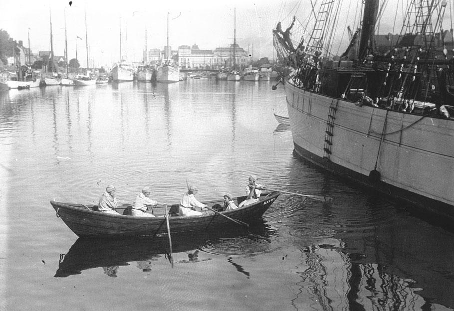 L'entrainement à l'aviron à bord des doris du bord fait également parti du programme (Photo agence de presse Meurisse sur Gallica)