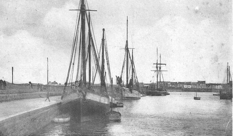 Le vieux quai de Roscoff dans le années 30, deux dundées , une gabare, et une goélette de cabotage sont le long du quai. Les chargements de charbon de Cardiff pour M. Moal négociant de St Pol sont des frets courant