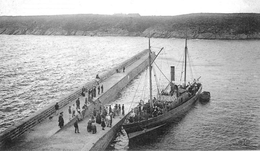 La Louise quittant la  cale du Conquet, elle est base sur l'eau et pas large, la cinquantaines de passagers restaient en extérieur sur le pont avec les marchandises et les animaux, par gros temps les lames balayaient le petit vapeur, la traversée devaient