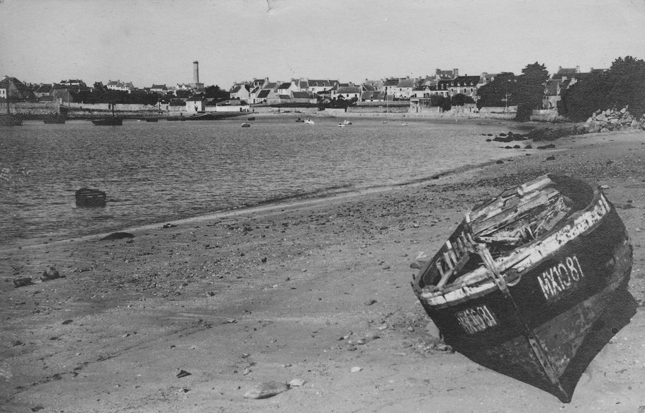 Vers 1945, le phare a perdu sa lanterne dynamitée par les allemands en 1944 le Coq est échoué en haut de la grève du port, sera dépecé et transformé en bois de feu, rien ne se perd dans une île