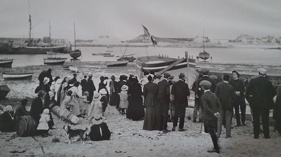 Lancement à Roscoff au chantier Kérenfors du « Laissez dire » un lougre pour le port de Sous-la-tour  le Legué quartier maritime de Saint-Brieuc  (coll. privée)