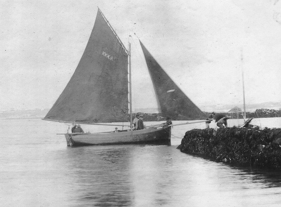 La Maria R1006, sloup de passage à Joseph le Gall , arrivant à mi marée à la cale du vil à Roscoff   (Photo Gaillard Vickers mis en ligne par Pierre Cuzon)