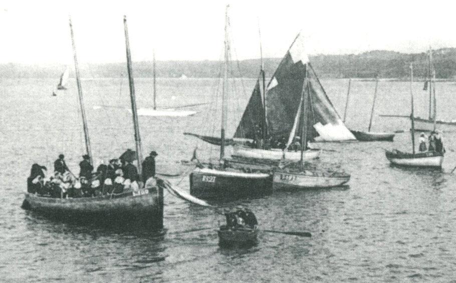 Aux régates de Perros vers 1900, 24personnes à bord, hommes avec des chapeaux et femmes en coiffe à bord du goémonier St Anne L100 de Louannec, mais celui jauge bien 6 ou 7 tonneaux