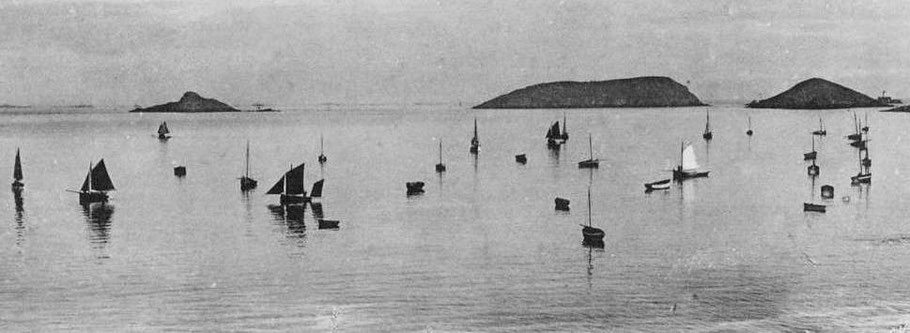 Jour de régates à  port Lazo en Plouézec, les petits sloups sont plus nombreux que les canots à misaine