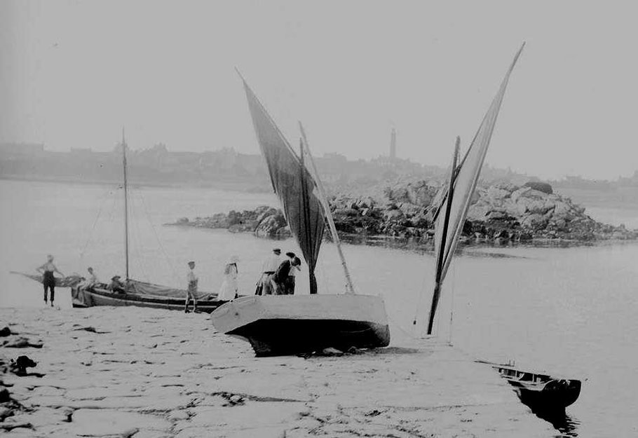 Un joli sloup et des péniches, le canot à misaine blanc échoué pour peinture sur la cale  est plus petit que les péniches (Photo AD22)