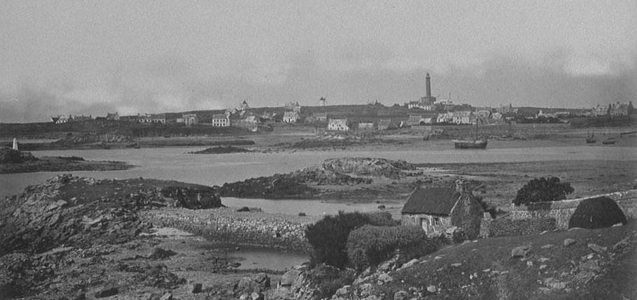 Le port de l'île de Batz vers 1870, photo de J. Duclos (Gallica), à ma connaissance la plus ancienne de l'île de Batz,  trois sloups sont au mouillage à l'extérieur de Chaoser Hir, devant Enez Trêz, un dundée de cabotage est au mouillage à porz kernoc'h