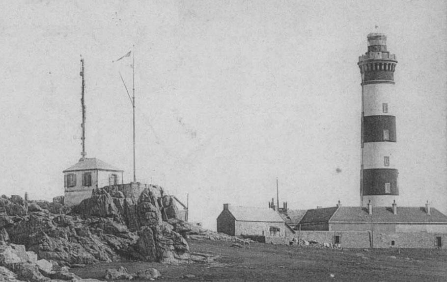 Sémaphore du Créach à Ouessant, le bâtiment se limite à la chambre de veille abritant le mécanisme du mât Depillon, les gardiens étaient peut être logé dans les bâtiment du phare à proximité