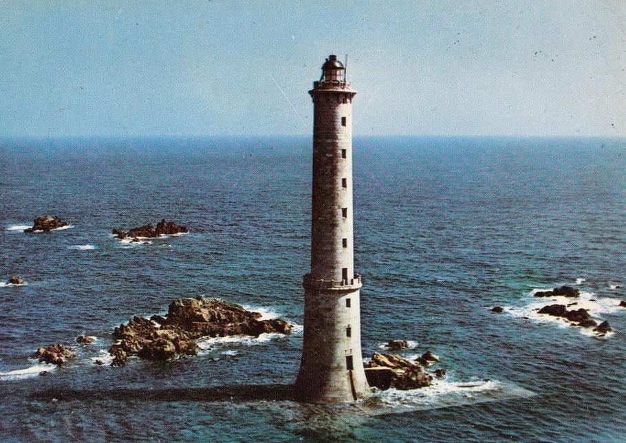 Le phare actuelà pleine mer de morte-eau il a été rehaussé de quelques mètre suite à la destruction de son sommet à la fin de la seconde guerre mondiale