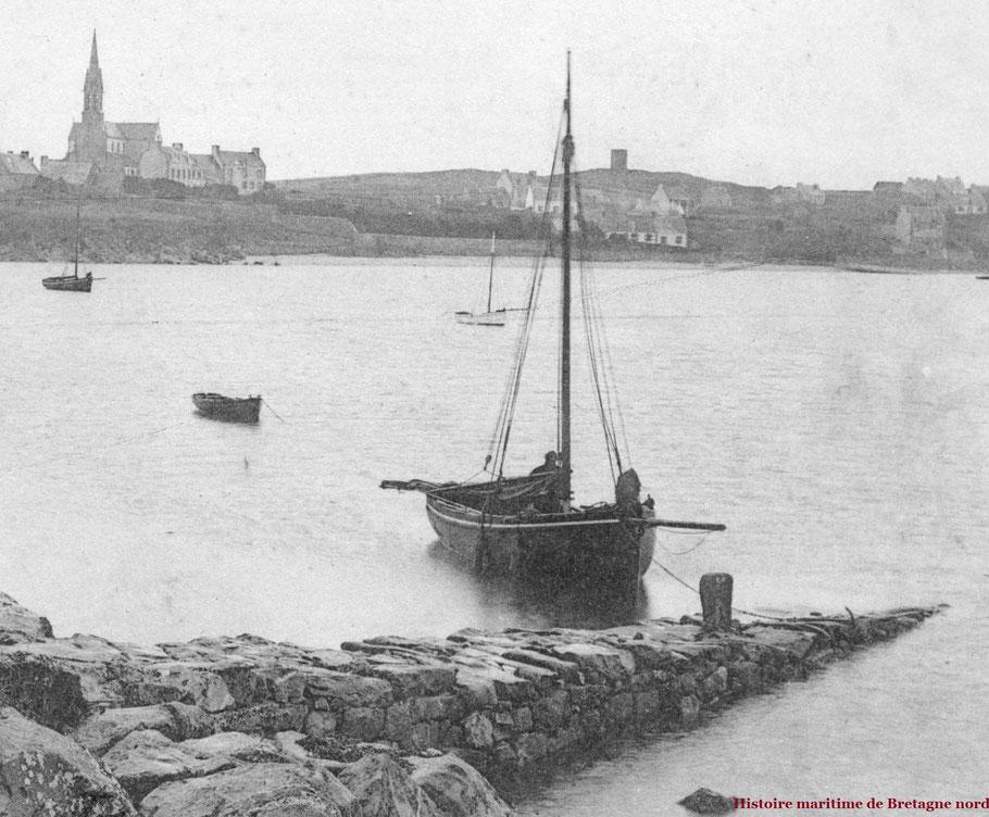 Vers 1903, le Courrier de l'île de Batz est à la petite cale du Vil dans le port de l'île, il a peut être  déposé des touristes séjournant à l'hôtel Robinson à proximité