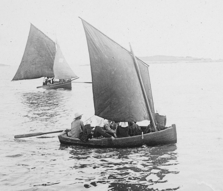 L'arrivée d'une péniche à la cale du vil à Roscoff, à bord six passagères Iliennes et le patron avec un aviron faisant office de safran, au second plan un sloup de passage bien chargé également (Photo de 1898, coll Pierre-Yves Decosse)