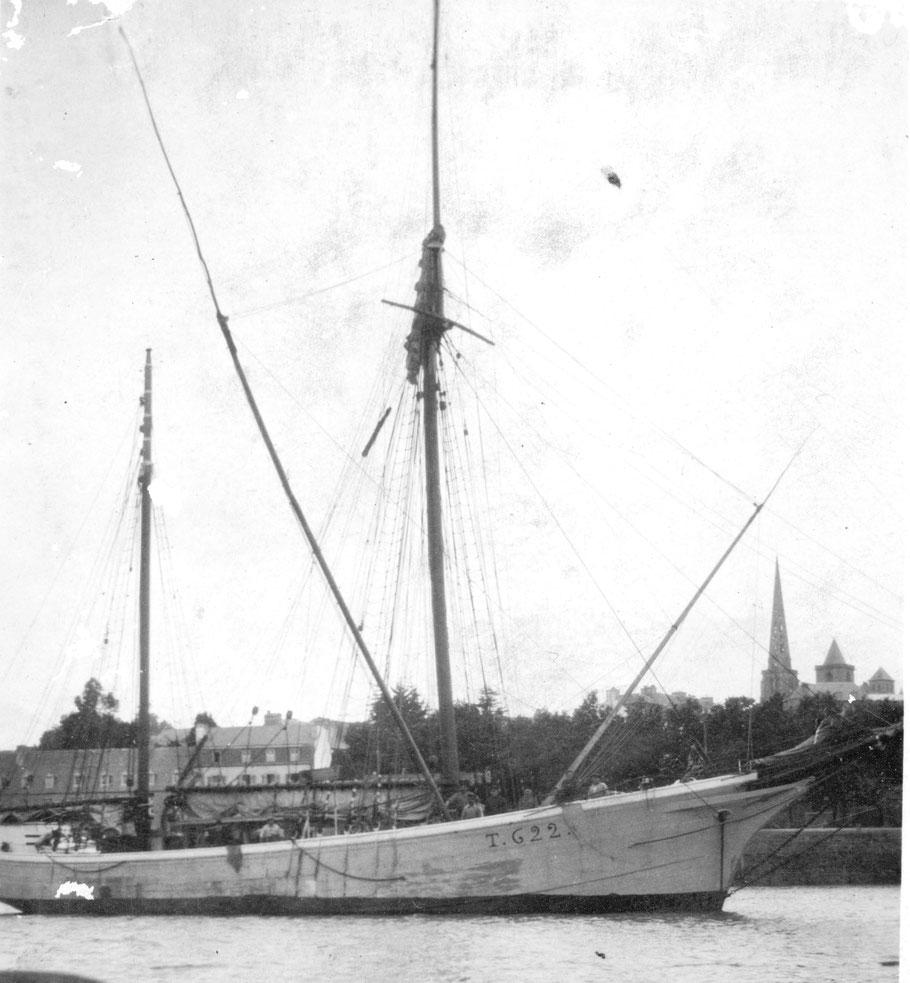 Le dundée Idéal le 27 septembre 1927 à Tréguier, à la fin de la seconde campagne de thon, armé à la pêche il est obligé d'avoir son numéro de peint sur la coque T622,  numéro qui n'apparait pas sur les voiliers armés au cabotage ou au bornage