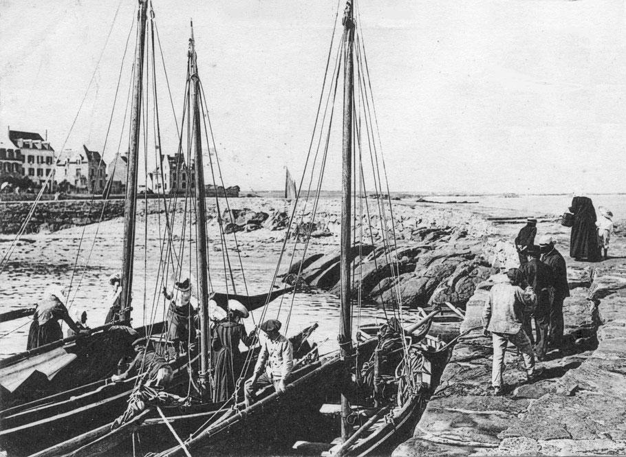 Le débarquement à pleine mer au port du vil à Roscoff, pas facile pour les femmes avec leur longue jupes qui  doivent passer d'un bateau à l'autre pour débarquer sur la cale