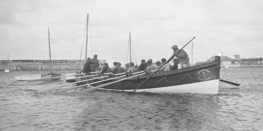 A l'avant le sous patron, à l'arrière à la barre le patron Jean-Marie Favé , et les dix canotiers aux avirons Tous portent leur ceintures de sauvetage en kapok