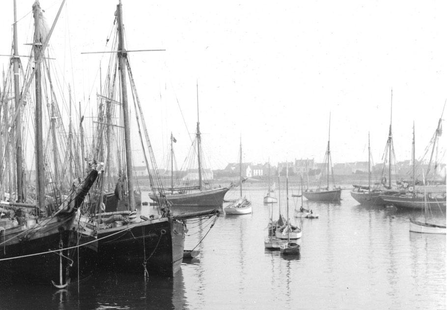 Le port de Roscoff vers 1913, les voiliers caboteurs sont nombreux (Coll. perso)