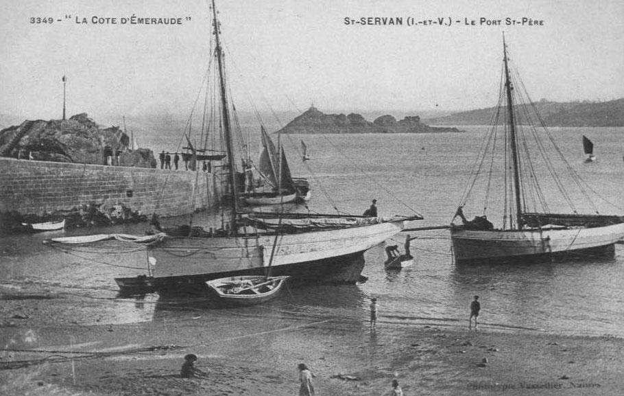 Deux sloups loguiviens. L'échouage est bon, les fonds sont en sable dur, deux pêcheurs rejoignent leur sloup avec le canot