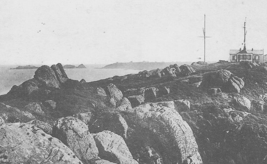 Le sémaphore de la pointe du Grouin et la côte de falaises de Cancale