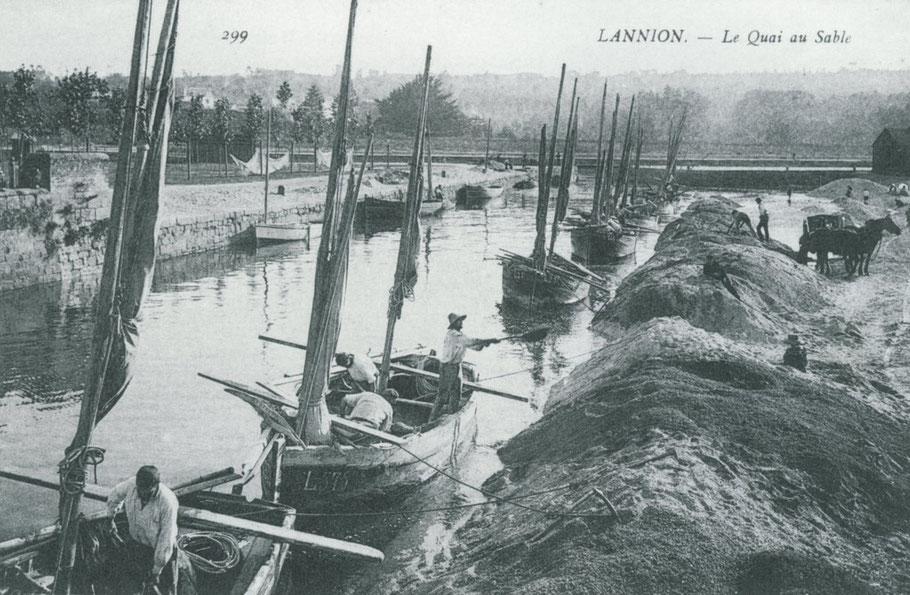 Lannion vers 1910, déchargement à la pelle des bateaux sabliers
