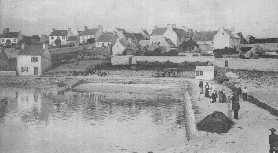 Vers 1900, le môle est déjà d'une bonne largueur. A la hauteur de 10.20m par rapport au 0 des cartes  il n'est pas submergé par les grandes marée