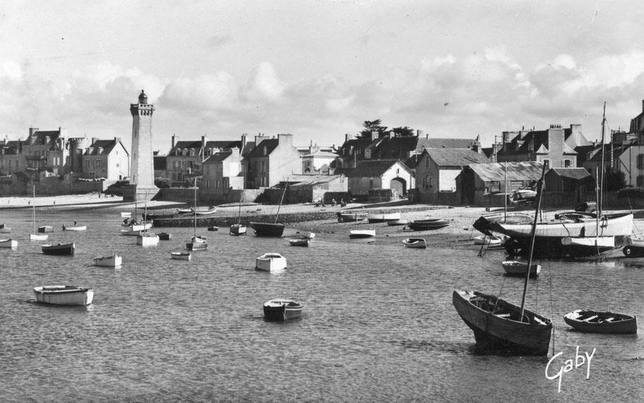 Bateaux de plaisance et bateaux de pêche les hangars en tôles du chantier de Goulven le Got anciennement chantier Corre et préalablement chantier Kérenfors, l'abris du marin avec sa peinture rose, l'abris du canot de sauvetage  la petite cale et le phare