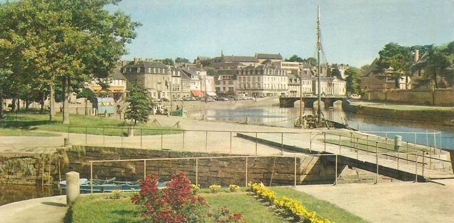 Pont roulant de l'anse de Viarmes au début des années 60, le port de Lannion est encore accessible au trafic maritime, on voit deux bateaux sabliers motorisés sont le long du quai d'Aiguillon (coll. perso.)