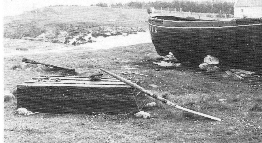 La dune de Tréompan dans les années 60, un canot et une plate désarmés avec son aviron réparé par un scarf