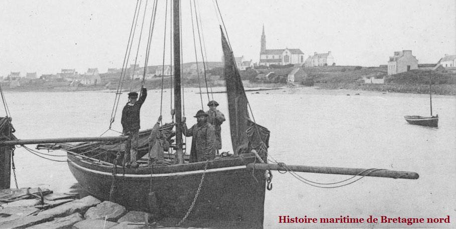 Vers 1903, Le Courrier de l'île de Batz à la cale de l'île aux Moutons à pleine mer, Le patron est avec deux mousses, le troisième enfant avec un béret parait bien jeune ne doit pas être sur le rôle d'équipage
