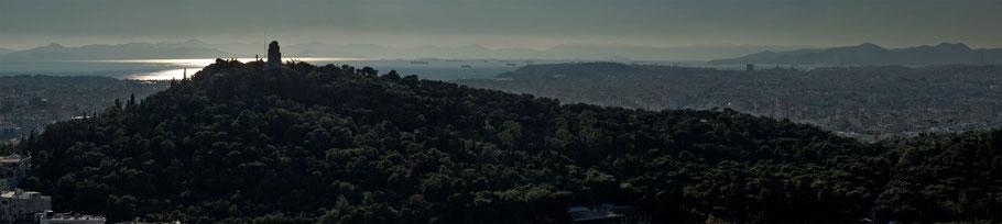 La collina di Filopappo ed il monumento omonimo; sullo sfondo il Pireo