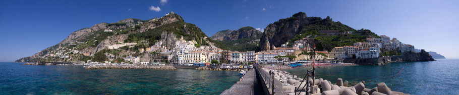 Panoramica della affollatissima Amalfi, un tempo superba Repubblia Marinara
