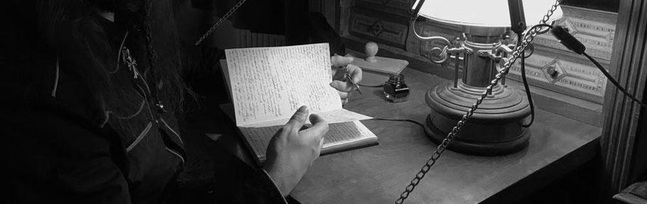 Beim Schreiben des Original Manuskripts eines Buches.