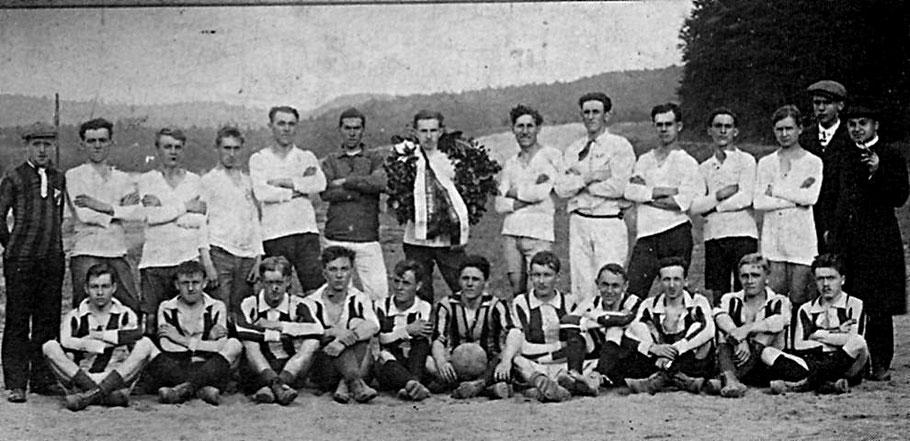 Die Mannschaft des Jünglingvereins im Jahre 1920, aus der die DJK St. Ingbert gegründet wurde (stehend), nach einem Spiel gegen den Gesellenverein Kaiserslautern.
