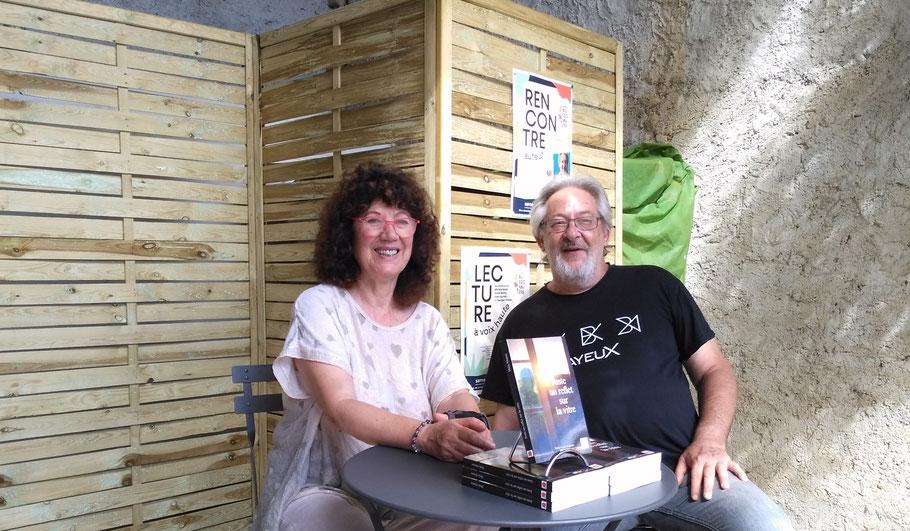 Avec ce nouveau roman, Maïa (ici avec l'auteur J.-L. Marteil) signifie sa gratitude envers le Savès devenu sa terre d'accueil. Photo Librairie Buissonnière