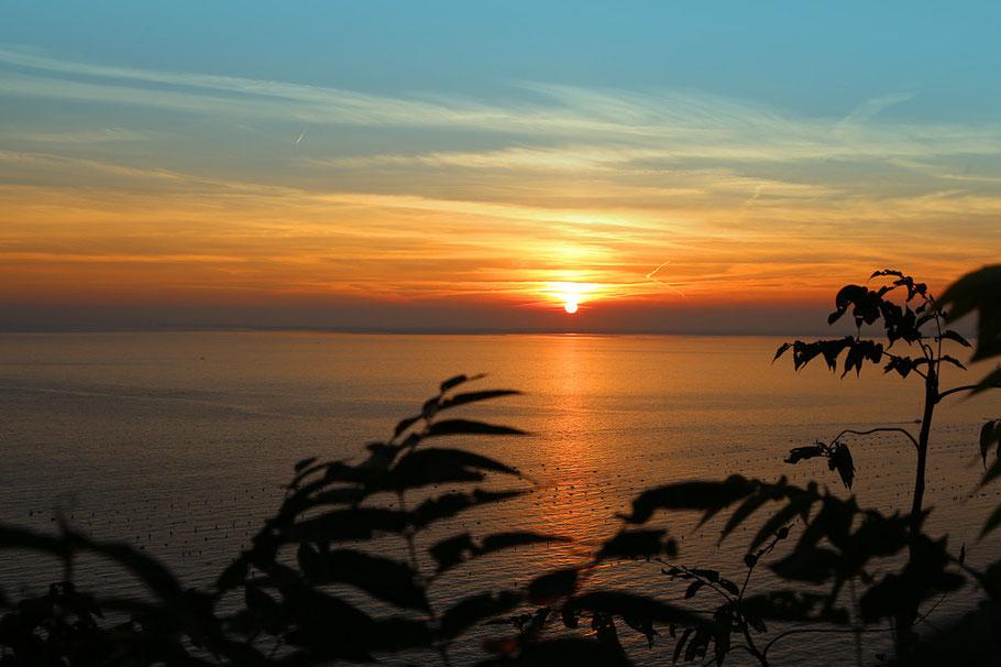Sonnenuntergang über dem Meer in der Bucht von Sistiana bei Triest