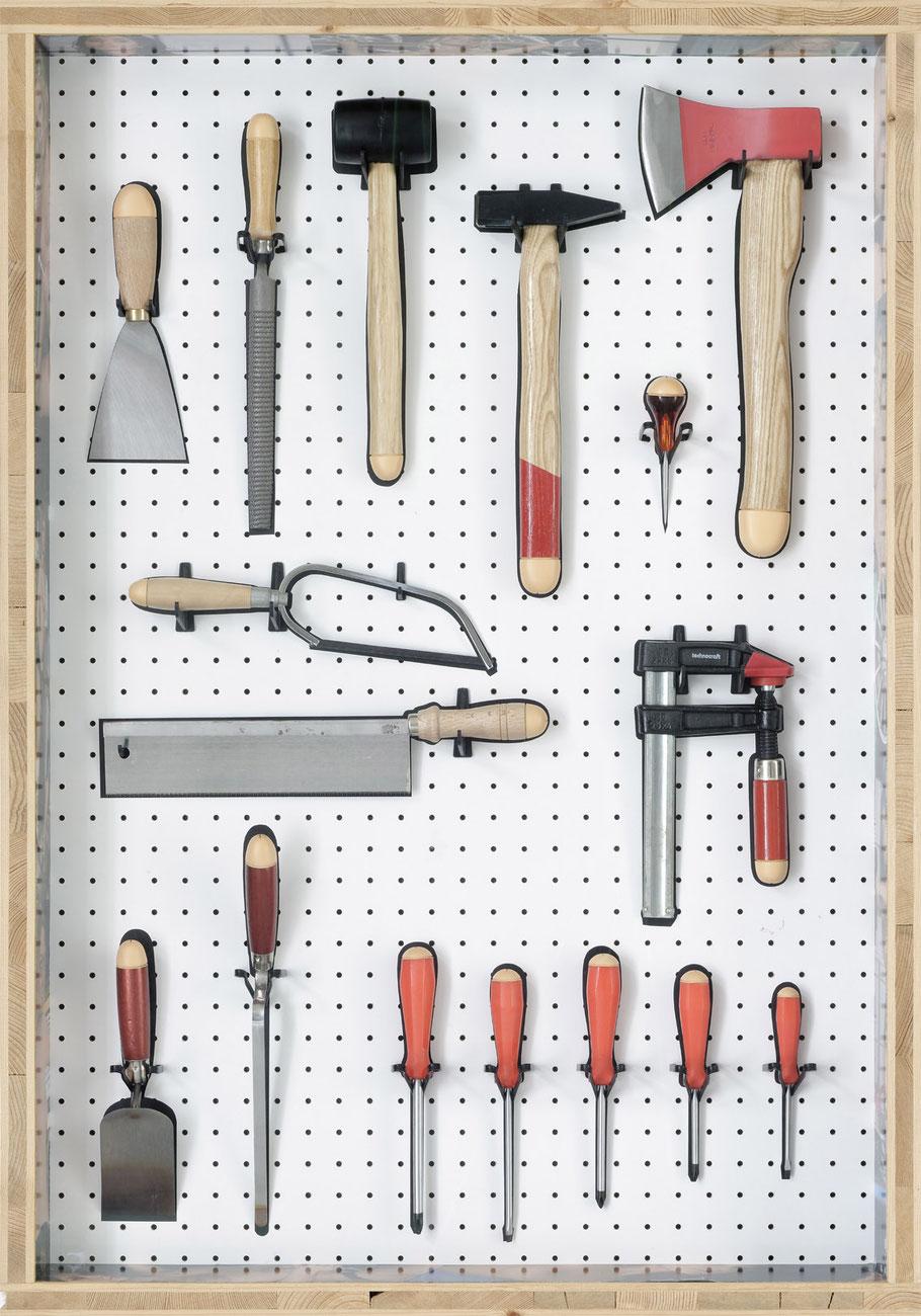 STONEMAN Schaukasten: Macho 2010 / Werkzeug mit Penis (Eichel). Holz Glas B 70 H 100 T 10 cm