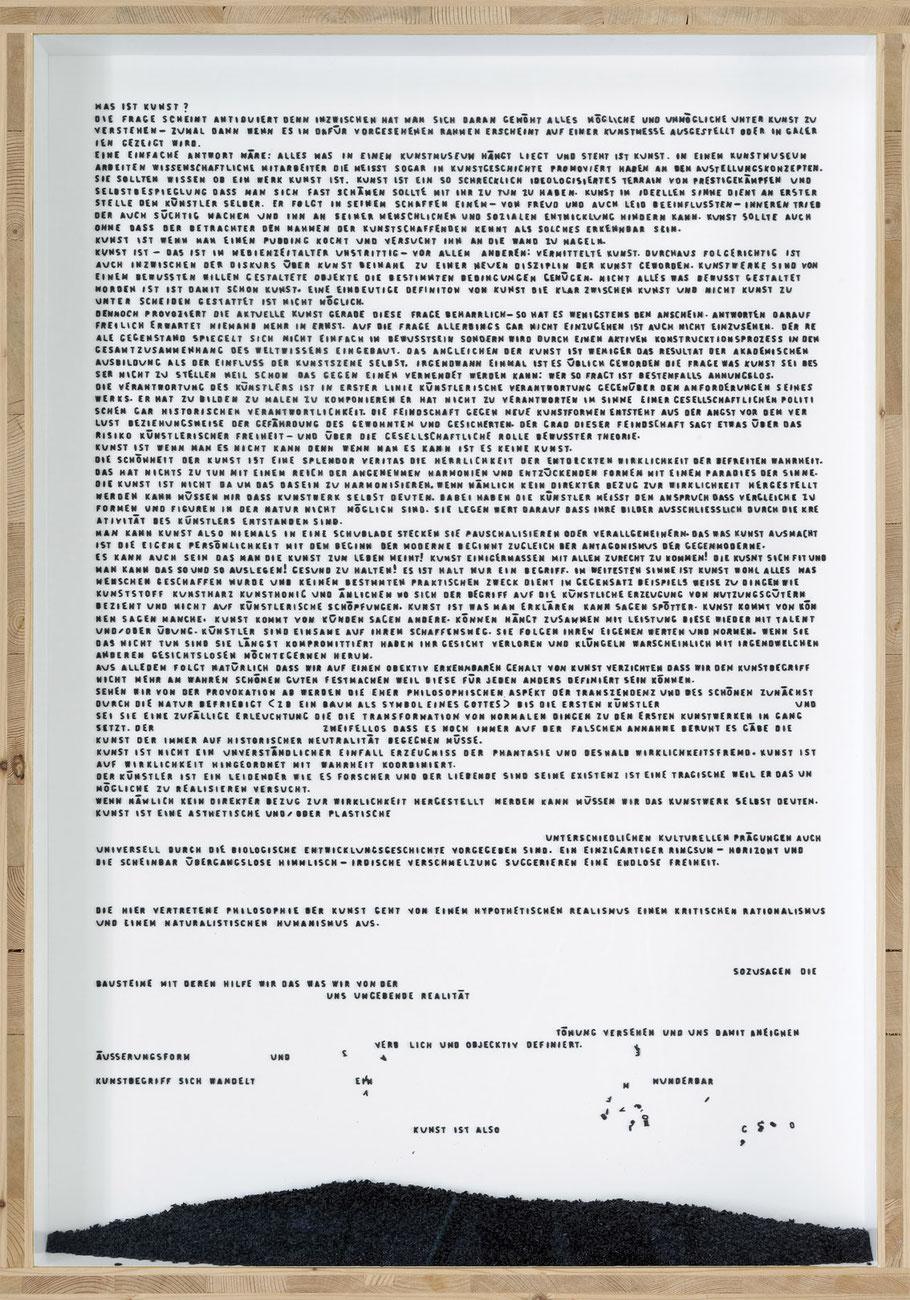 STONEMAN Schaukasten: Kunst 2010 / Buchstaben (Suppe) eingefärbt und aufgeklebt. Holz Glas B 70 H 100 T 10 cm