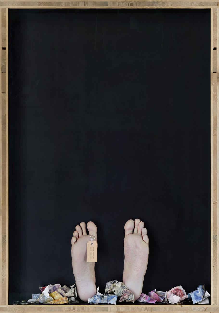 STONEMAN Schaukasten: Gier 2011 / Fussabguss, Ettikette, Geld. Holz Glas B 70 H 100 T 10 cm