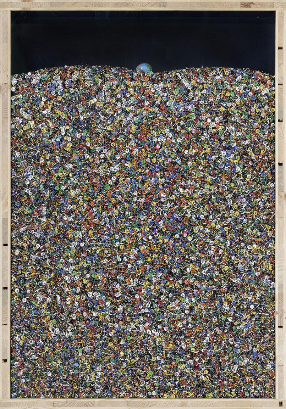 STONEMAN Schaukasten: Menschheit 2011 / Reissnägel mit aufgemalten Gesichtern, Globus. Holz Glas B 70 H 100 T 10 cm