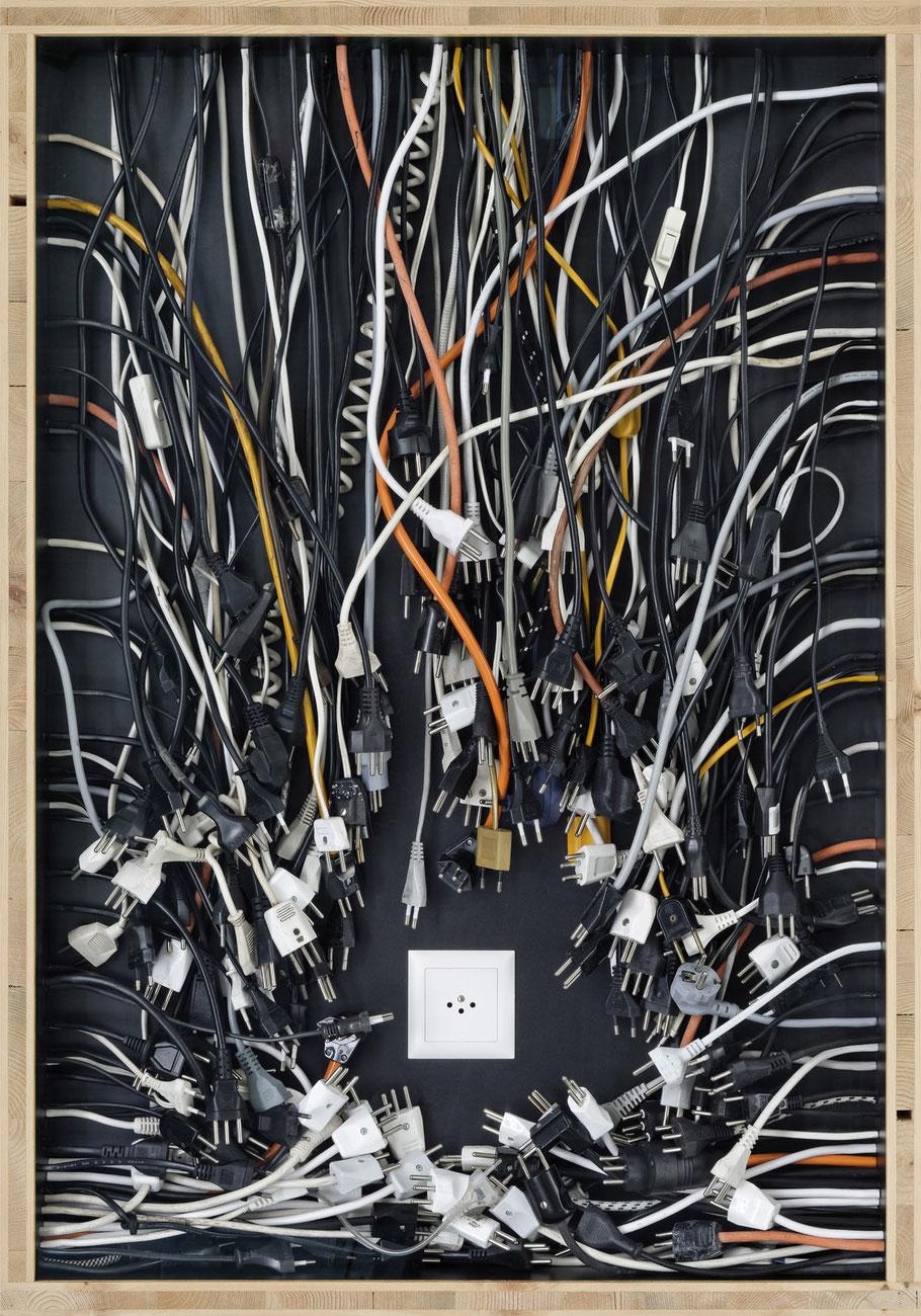 STONEMAN Schaukasten: Energie 2011 / Stromkabel, Stecker, Steckdose. Holz Glas B 70 H 100 T 10 cm