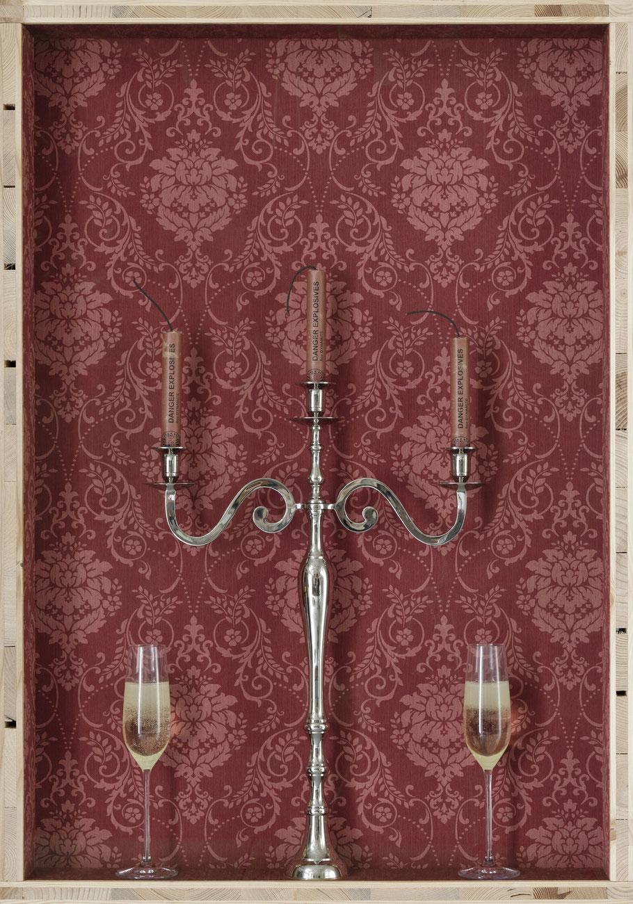 STONEMAN Schaukasten: Rendezvous 2011 / Kerzenständer mit Dynamitstangen, Champagner in Gläser. Holz Glas B 70 H 100 T