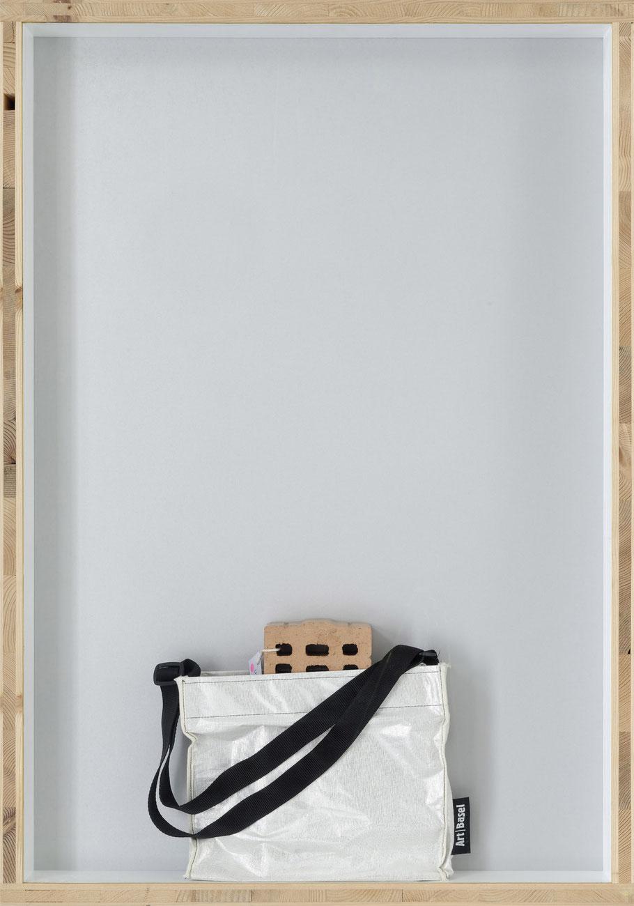 STONEMAN Schaukasten: Wert 2011 / Backstein mit Preisschild 700 000 000.- Art-Basel Tasche. Holz Glas B 70 H 100 T 10 cm